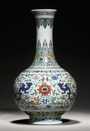 A RARE DOUCAI-DECORATED BOTTLE