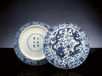 A RARE LATE MING UNDERGLAZE-BLUE 'DOUBLE-DRAGON' CIRCULAR BOX AND COVER