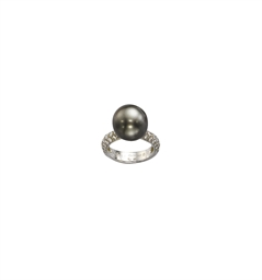 A COLOURED CULTURED PEARL AND