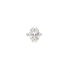 AN ELEGANT DIAMOND RING