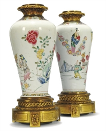 A PAIR OF FAMILLE ROSE GILT ME