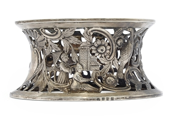 AN EDWARDIAN IRISH SILVER DISH