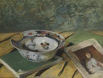 Japans scheerbekken: books, and a shaving dish on a table