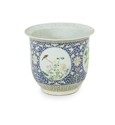 A CHINESE EXPORT PORCELAIN JAR