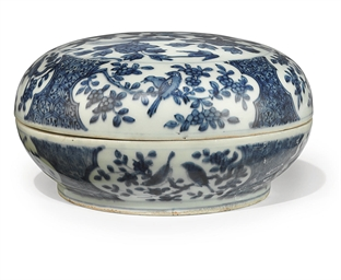A CHINESE BLUE AND WHITE BOX A