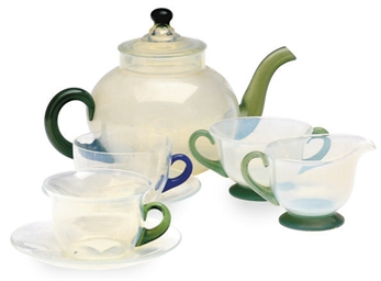 AN ASSEMBLED GLASS PART TEA SE