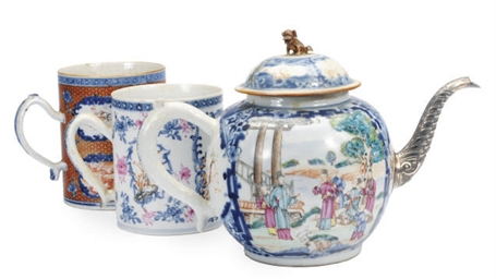 A CHINESE EXPORT MANDARIN PALETTE TEA POT AND COVER AND TWO MUGS,
