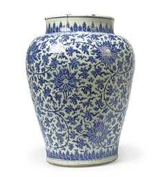 A CHINESE BLUE AND WHITE JAR O