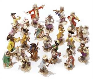A MEISSEN TWENTY-TWO PIECE MON