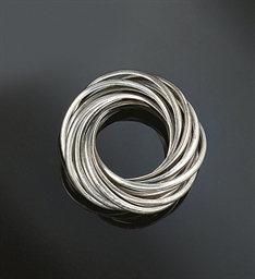 A multi-hoop ring