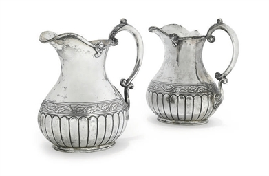 A PAIR OF EDWARDIAN SILVER JUG