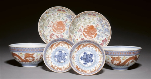A PAIR OF 'DRAGON' BOWLS, GUAN