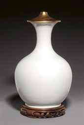 AN ANHUA DECORATED CREAM GLAZE
