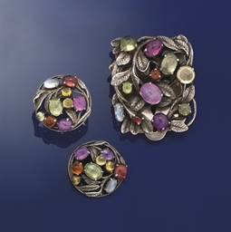 A vari-gem clip and earrings,