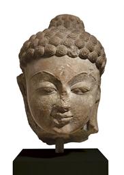 A large stone head of a Jina o