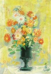 Fleurs dans le vase vert