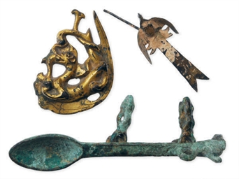 A CHINESE GILT-BRONZE PHOENIX-