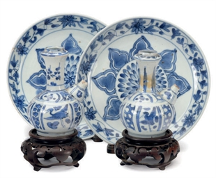 A PAIR OF CHINESE PORCELAIN BLUE AND WHITE KENDI AND A PAIR ...
