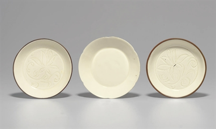 THREE SMALL DINGYAO DISHES