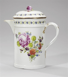 A covered porcelain kvas jug