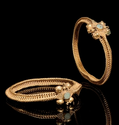A PAIR OF GOLD WIRE BRACELETS,