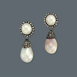 A PAIR OF PEARL EAR PENDANTS
