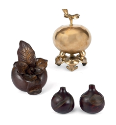 LOT DE QUATRE PIECES EN BRONZE