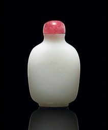 A FINE WHITE JADE SNUFF BOTTLE