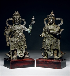 A PAIR OF BRONZE GUARDIAN FIGU