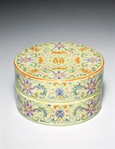 A LIME-GREEN-GROUND FAMILLE ROSE CIRCULAR BOX AND COVER