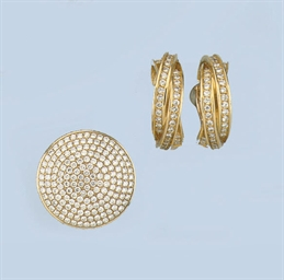 A GOLD RING AND EARCLIPS, BY C