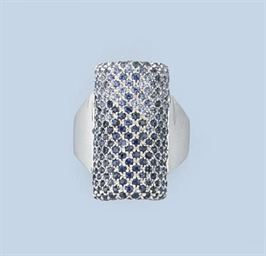 A SAPPHIRE RING, EARCLIPS AND
