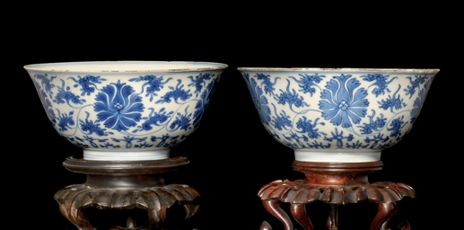 A PAIR OF BLUE AND WHITE BOWLS
