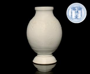 A WHITE GLAZED VASE, KANGXI (1