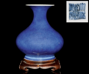 A BLUE GLAZED BOTTLE VASE, QIA
