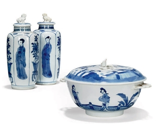 A CHINESE BLUE AND WHITE HANDL