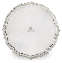 A LARGE EDWARDIAN SILVER SALVER WITH PIE-CRUST EDGE