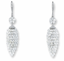^A PAIR OF DIAMOND EAR PENDANT