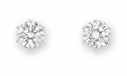 A PAIR OF DIAMOND EAR STUDS, B
