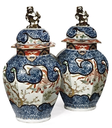 A PAIR OF JAPANESE-STYLE IMARI
