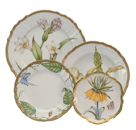 A HUNGARIAN PORCELAIN DINNER S