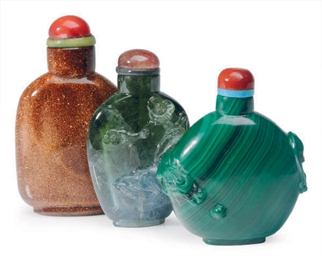 A CHINESE AVENTURINE GLASS SNUFF BOTTLE, A MALACHITE SNUFF BOTTLE, AND A GREEN QUARTZ SNUFF BOTTLE,