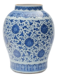 A LARGE CHINESE PORCELAIN BLUE