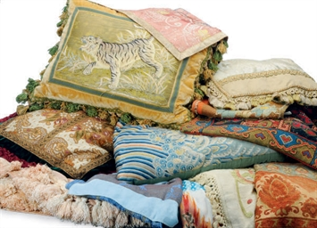 A GROUP OF TEXTILES, PILLOWS A