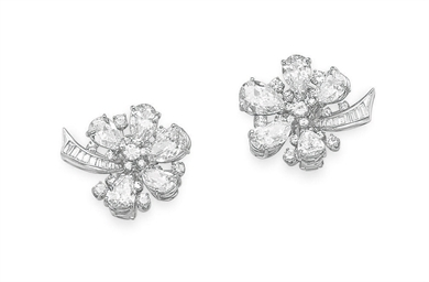 A PAIR OF DIAMOND FLOWER EAR C