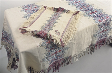 A TABLECLOTH AND EIGHT NAPKINS