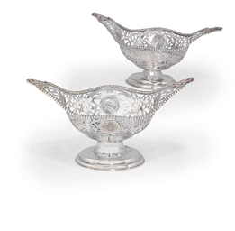 A PAIR OF GEORGE V SILVER DISH
