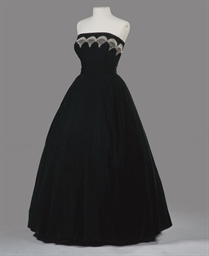 A BALL GOWN OF BLACK SILK VELV