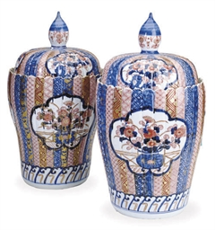 A PAIR OF JAPANESE PORCELAIN I
