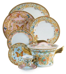 A GERMAN PORCELAIN DINNER SERV